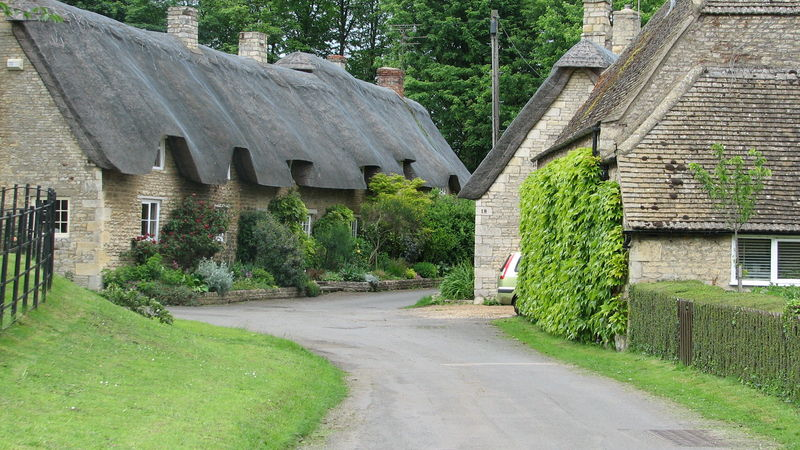 Medium crop rutland thatched roofs