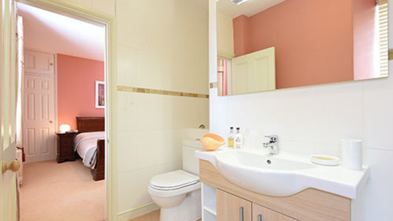 Medium crop halow bathroom