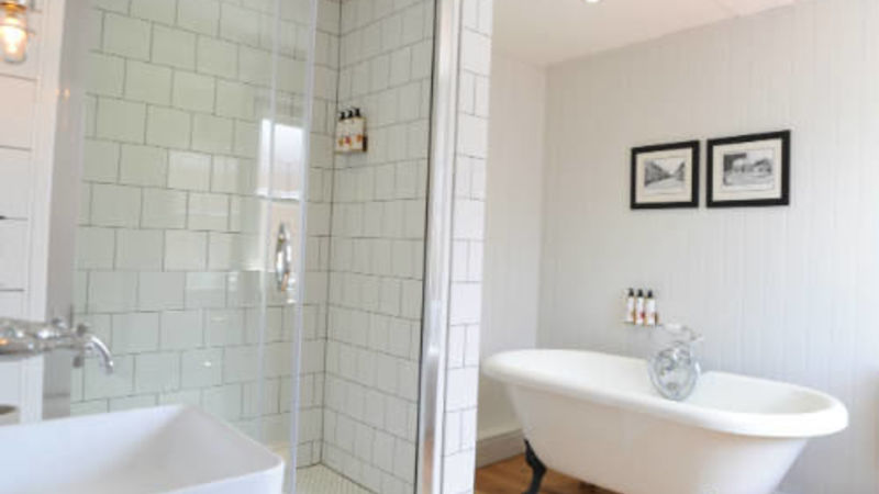 Medium crop kingsclere bathroom3