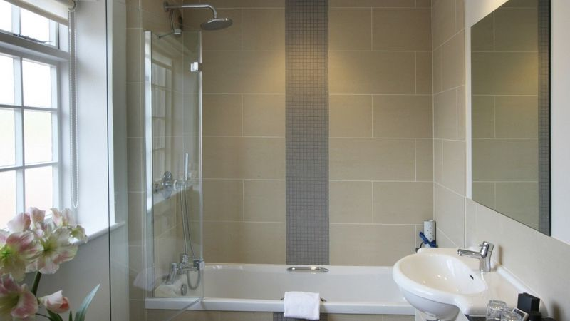 Medium crop room 17 bathroom