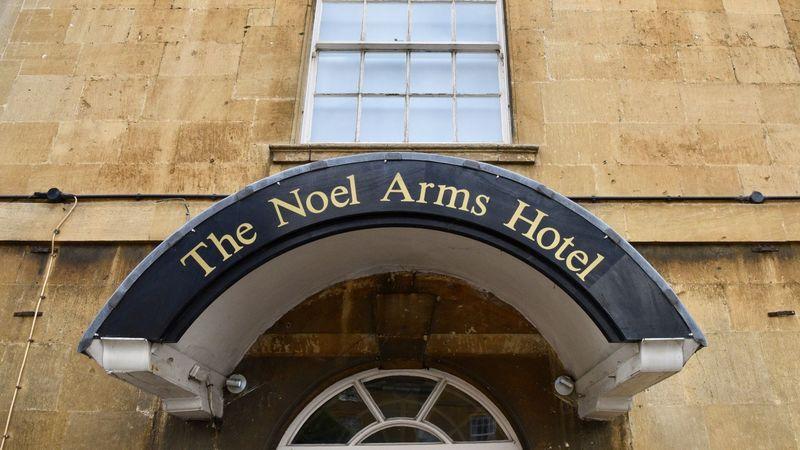 Medium crop noel arms