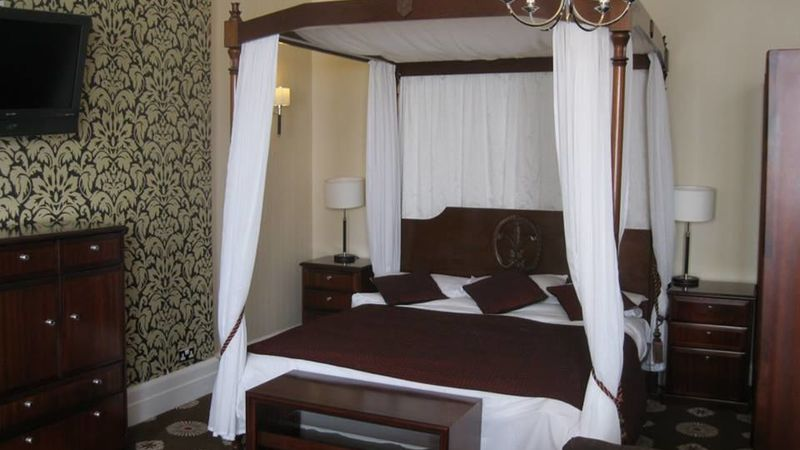 Medium crop bridal suite