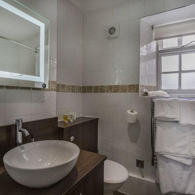Thumb whitehartroyal room 114 bathroom2
