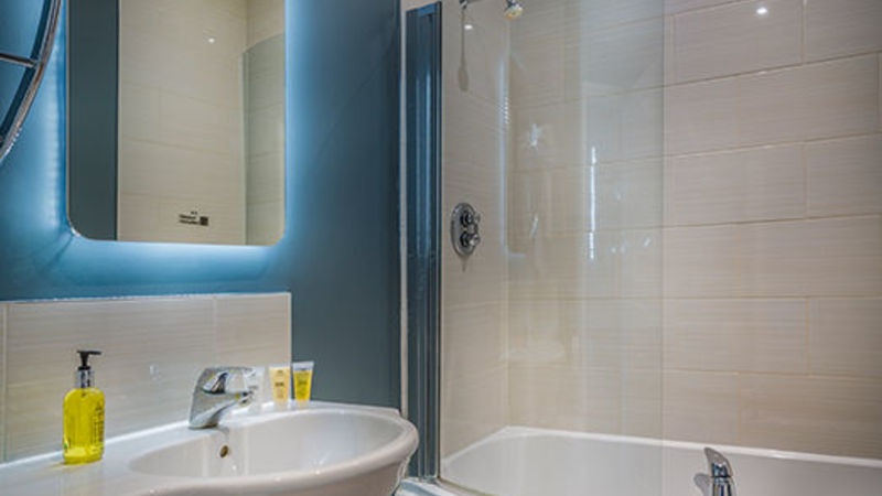 Medium crop golden lion hotel new bathroom bedroom 2017 st ives cambridgeshire best hotels 3