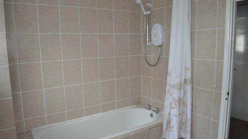 Medium crop weavers bath and shower