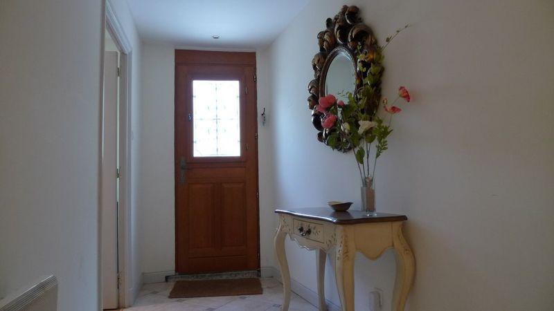 Medium crop entrance hallway 01
