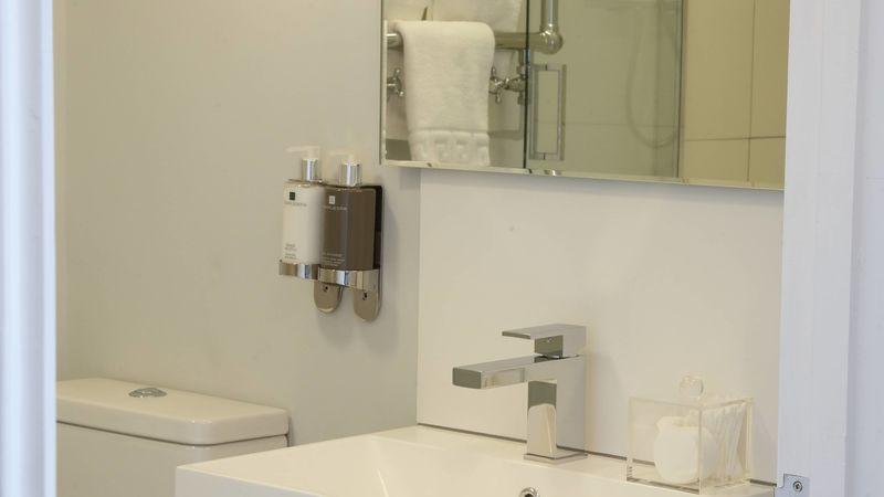 Medium crop saddlers bb le mans bathroom