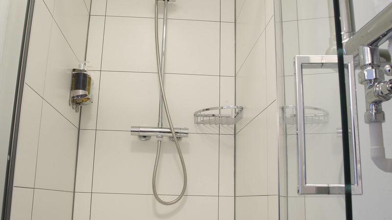Medium crop saddlers bb le mans bathroom2