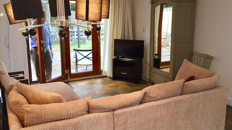 Medium crop suite lounge