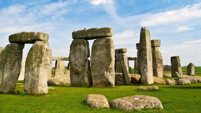 Medium crop stonehenge small 1000x400