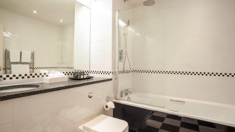 Medium crop  mg 0046 hdr deluxe room 25 bathroom