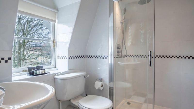 Medium crop  mg 9865 hdr deluxe room 10 bathroom