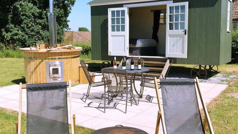 Medium crop exterior shepherds hut with hot tub 1