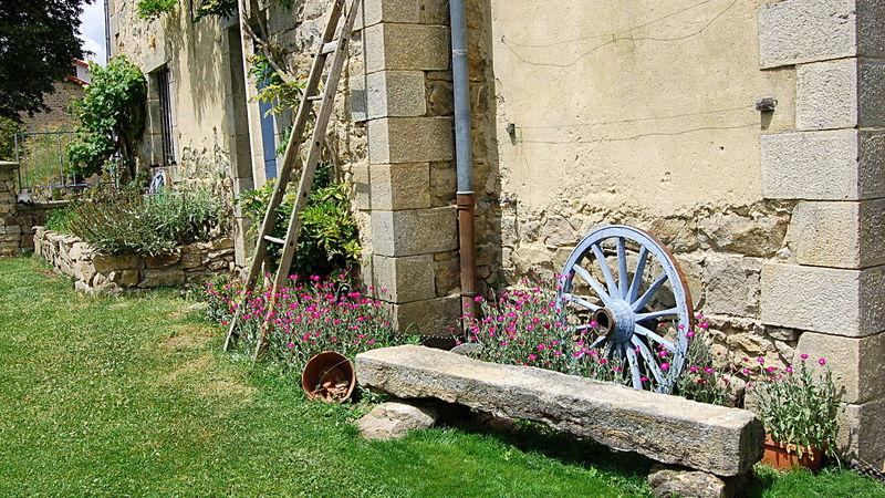 Medium crop stoneseat